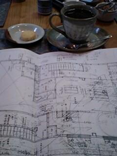 教室の図面とコーヒー